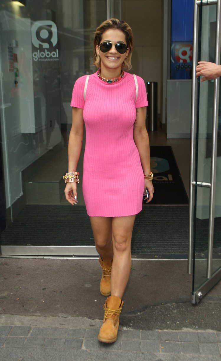 針織連身洋裝搭Timberland靴,Rita Ora整身造型非常九○年代。圖/...