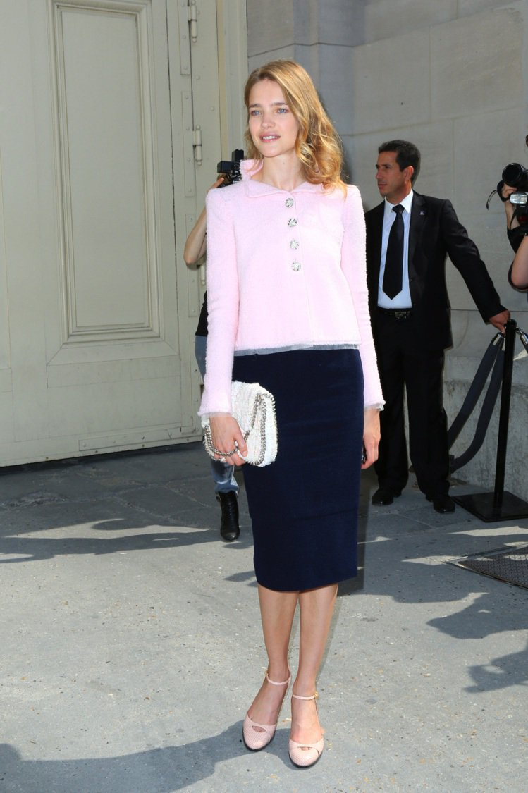 俄羅斯超模 Natalia Vodianova 粉色系窄裙裝上身柔美下身俐落,透...