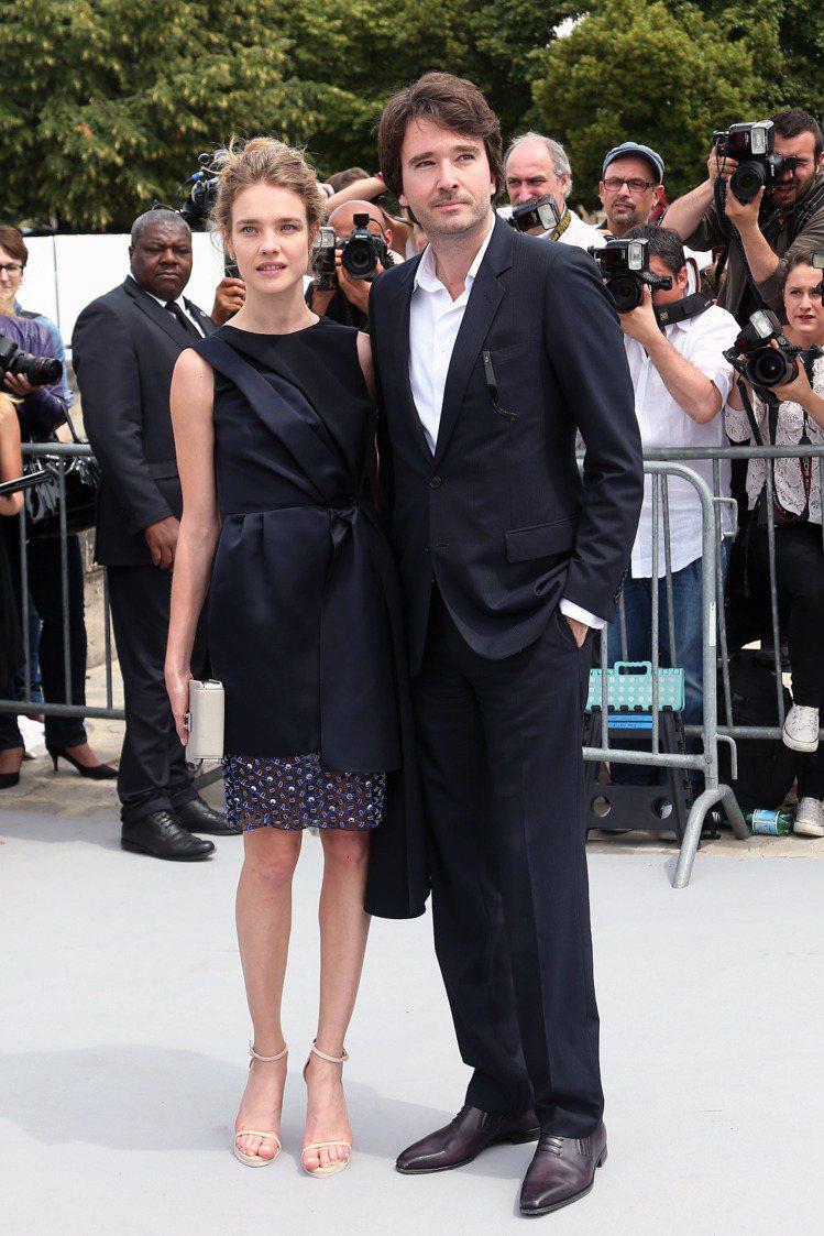 深藍色削肩洋裝裙擺處的圖案甜美可愛,搭配露指涼鞋展現夏日性感風情。圖/達志影像
