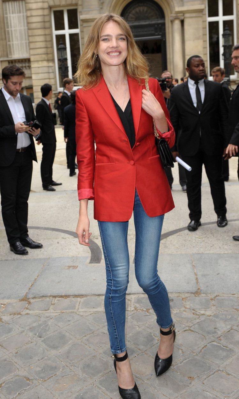 就算換上牛仔褲造型也以紅色西裝外套保留正式感,形影不離的尖頭鞋則稱職地扮演了一流...