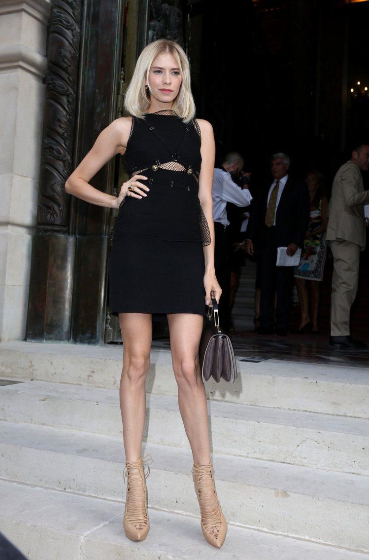 黑色網紗拼接洋裝。圖/達志影像