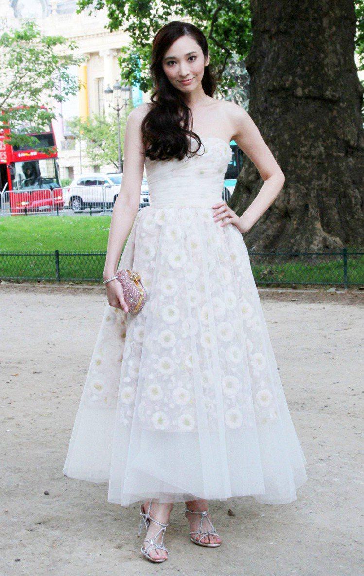 吳佩慈這次選擇了夢幻系蓬裙禮服出席時裝周,白色禮服美是美,但就比較沒什麼亮點。圖...
