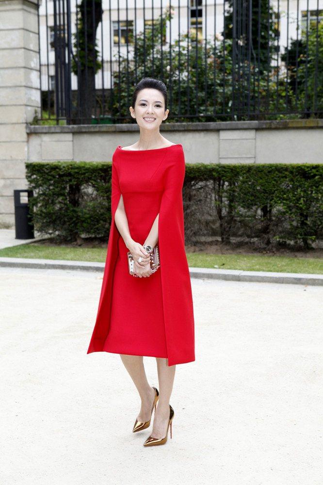 章子怡選穿了 VALENTINO 最具代表性的「紅色」斗蓬式洋裝出席品牌訂製秀,...