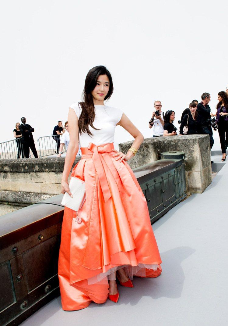 全智賢的妝容和氣質把 Dior 這件禮服穿出優雅甜美的感覺,溫暖的春夏風情讓她看...