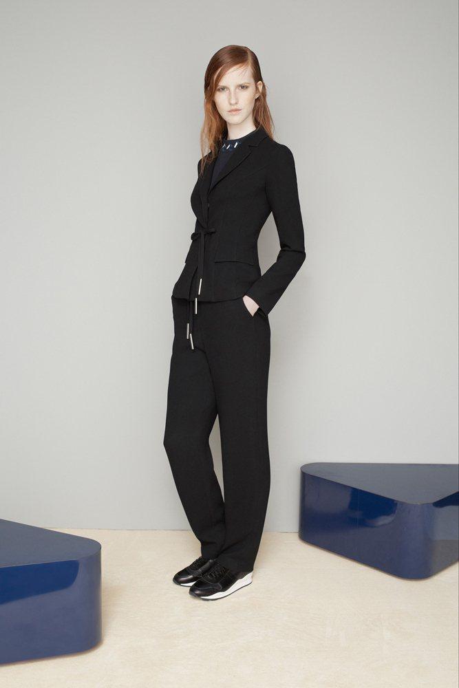 以韓國的傳統服飾為靈感,以緞面絲綢、腰帶和不對稱的皺摺,打造出屬於了Openin...