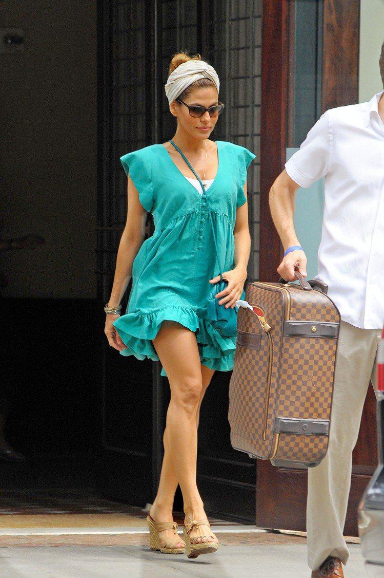 伊娃曼德絲也選擇了有荷葉邊裙擺的亮色洋裝,最近髮帶不離身的她搭配出最愛的復古氣息...