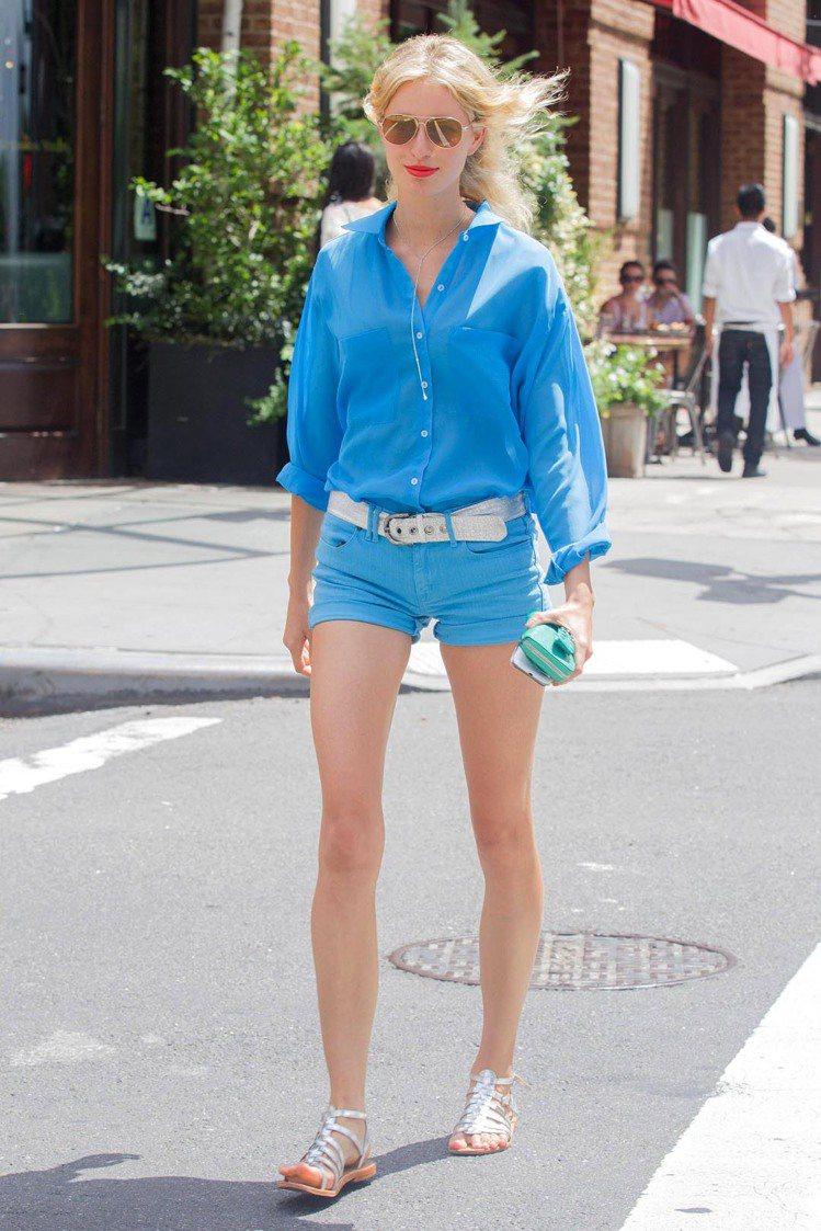 捷克超模 Karolina Kurkova 示範同色系穿搭法,亮眼的藍色系加上一...