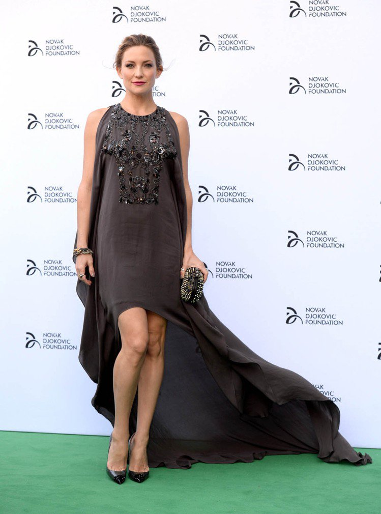 凱特哈德森的深灰色 Elie Saab 禮服,前短後長的設計搭配輕盈布料,感覺隨...