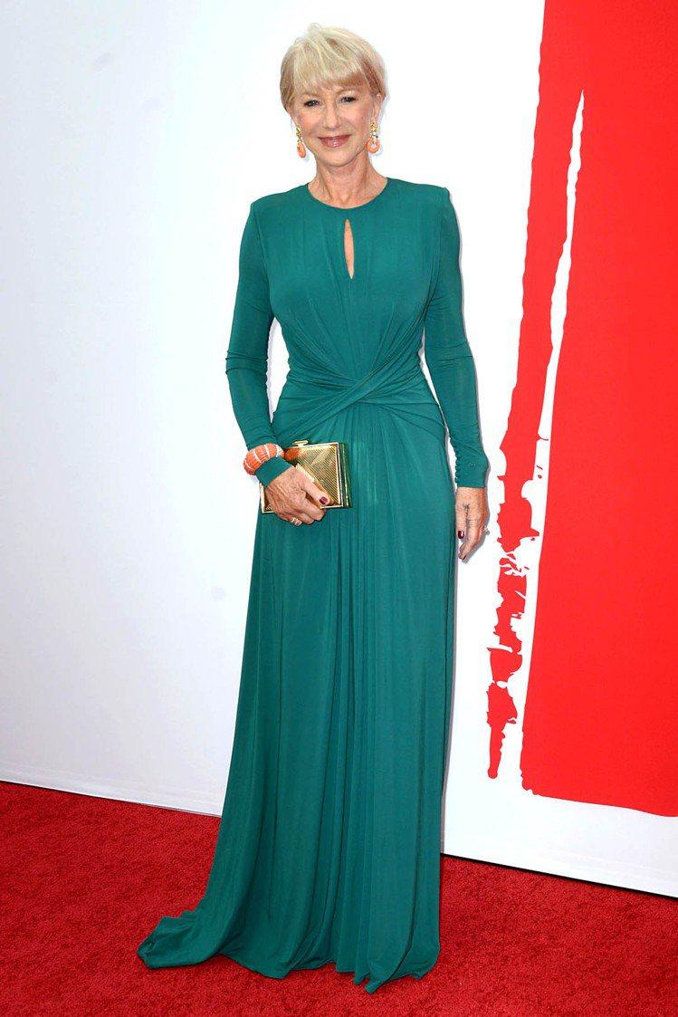 海倫米蘭這一身湖水綠長袖禮服很符合她的年紀,胸前的那一條挖空設計在保守中添上一抹...