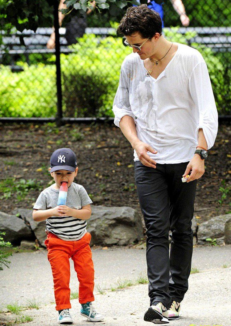 超搶眼的橘色長褲由胖嘟嘟的Flynn展示,誰能比他迷人?綠色帆布鞋的撞色效果非常...