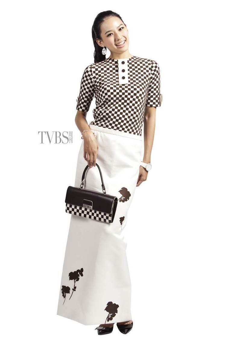 強烈幾何對比上衣搭配印花長裙,打造個性十足又時髦優雅的裝束。圖/TVBS周刊