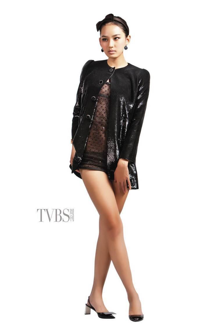 透視迷你小洋裝配上圓領復古亮片大衣,詮釋仕女唯美性感的魅力。圖/TVBS周刊