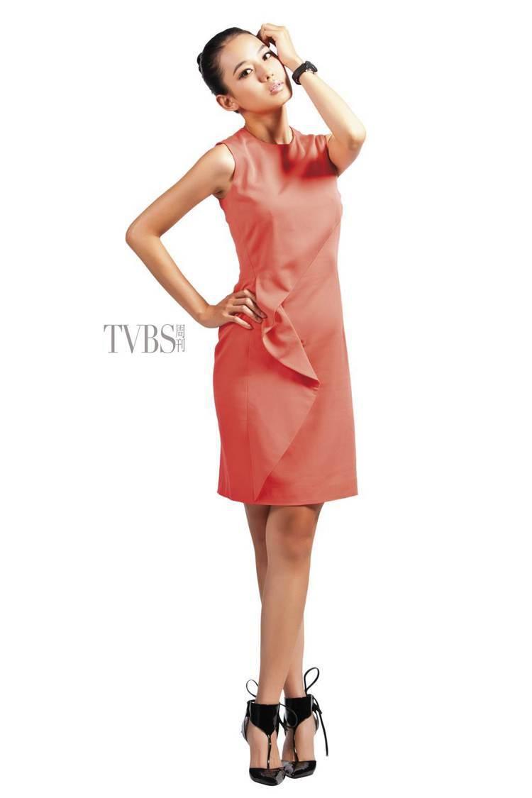 明亮色調與多層次立體剪裁的洋裝,勾勒出曼妙的體態。圖/TVBS周刊