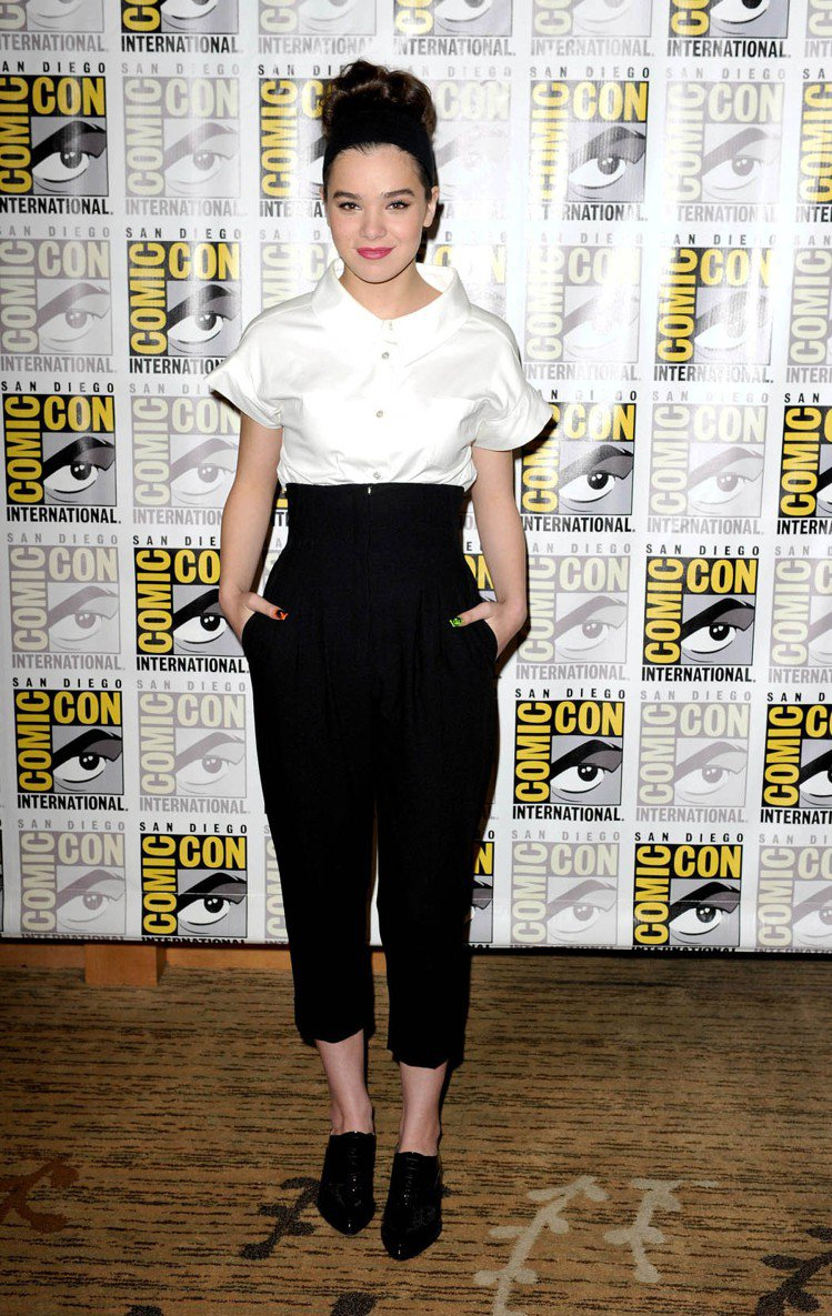海莉史坦菲爾德穿著白色短袖襯衫搭配高腰黑長褲,露出腳踝穿上尖頭牛津鞋,帥氣又有個...