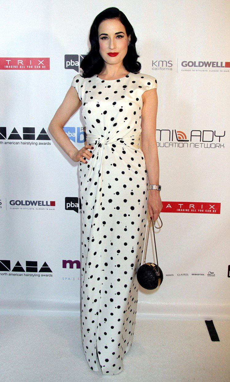 Dita Von Teese的白色黑圓點長洋裝剪裁簡約優雅,搭配圓形復古小包,整...