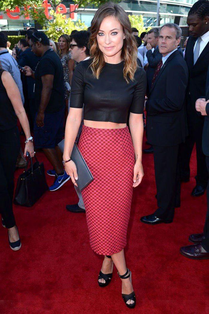 Olivia Wilde 的紅色細格紋窄裙和短上衣搭出露腰的性感,極簡的九○風格...