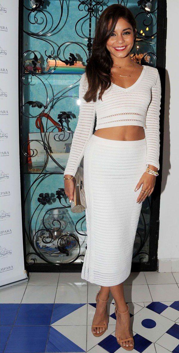 凡妮莎哈金斯難得選擇這種貼身的服裝,同樣露腰的造型讓全身白的乖巧look多了活潑...