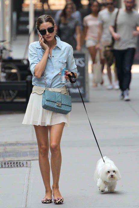 奧莉薇亞巴勒莫的薄丹寧襯衫搭配白色短裙氣質清新迷人,用米白色粗腰封打造層次,搭配...