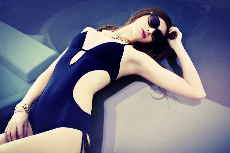 今夏連身泳裝重點全在腰間,挖空、半透明設計,修飾效果極佳。圖/Hailey & ...