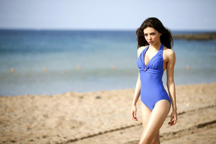 一件式泳裝顯瘦,游泳阻力也較小,結合實用與時尚設計。圖/名人泳裝提供