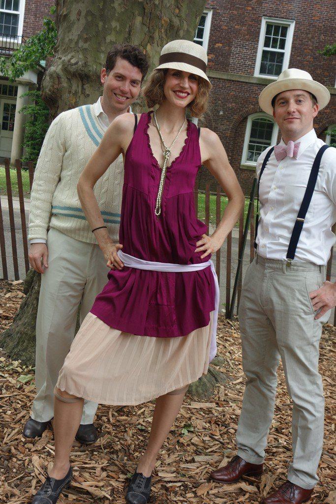 戴著窄版帽簷的帽子,同時還融入上世紀六○年代的寬鬆服飾嬉皮風,做出層次穿搭。圖/...