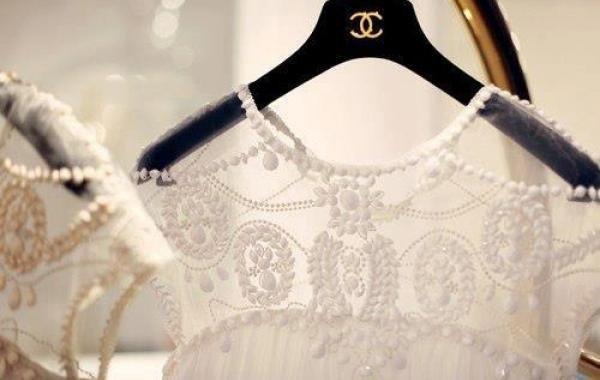 觀察今年秋冬時尚秀場,蕾絲不只在服裝造型界掀起熱潮,各大品牌不約而同都以蕾絲圖騰...