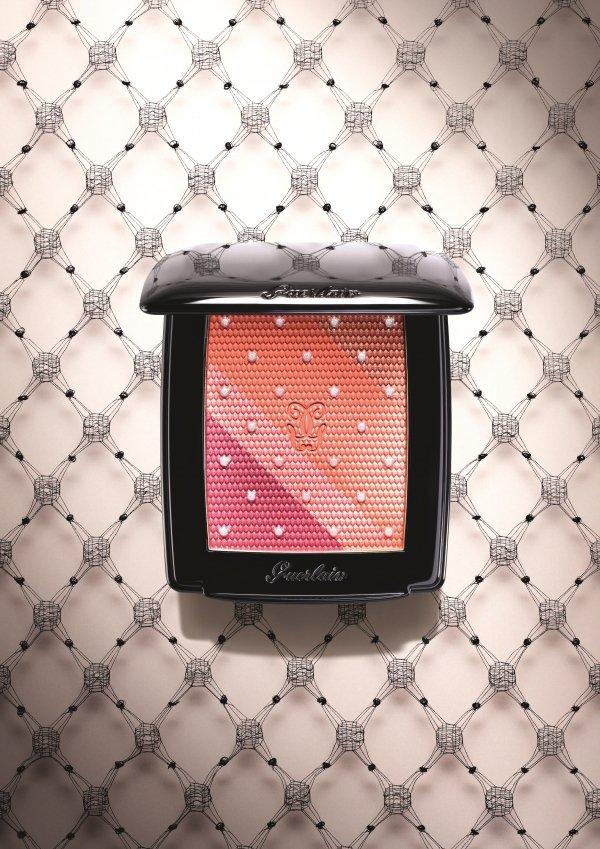 嬌蘭Guerlain秋妝推出限量版頰彩盤,將蕾絲元素融入女人不可或缺的好氣色腮紅...