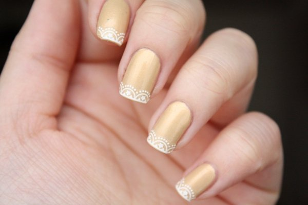 如果有彩繪指甲習慣的人,不妨也將蕾絲元素放在指尖創造新意。圖/she.com T...