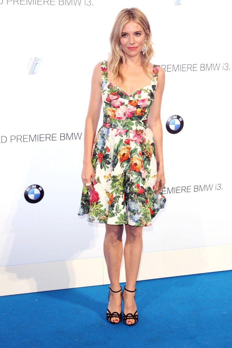 席安娜米勒這一身偏五○年代風格的洋裝,花樣與配色都搶眼,她以簡單的髮型配上講究質...