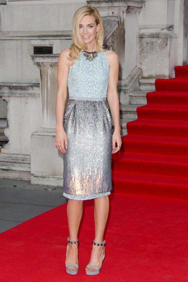 Vanessa Kirby的Matthew Williamson洋裝,銀色裙子非...