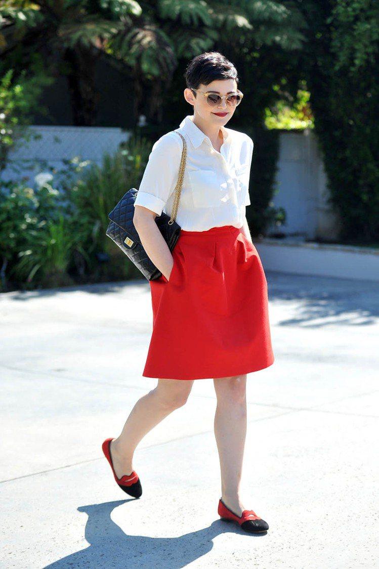珍妮佛古德溫以白色襯衫搭紅裙,黑色CHANEL包和黑紅拼接的樂福鞋混搭出優雅淘氣...