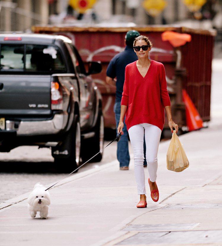 奧莉薇亞巴勒莫紅色長版針織衫搭白色窄管牛仔褲,九分褲長搭配橘紅色樂福鞋,帶點英倫...