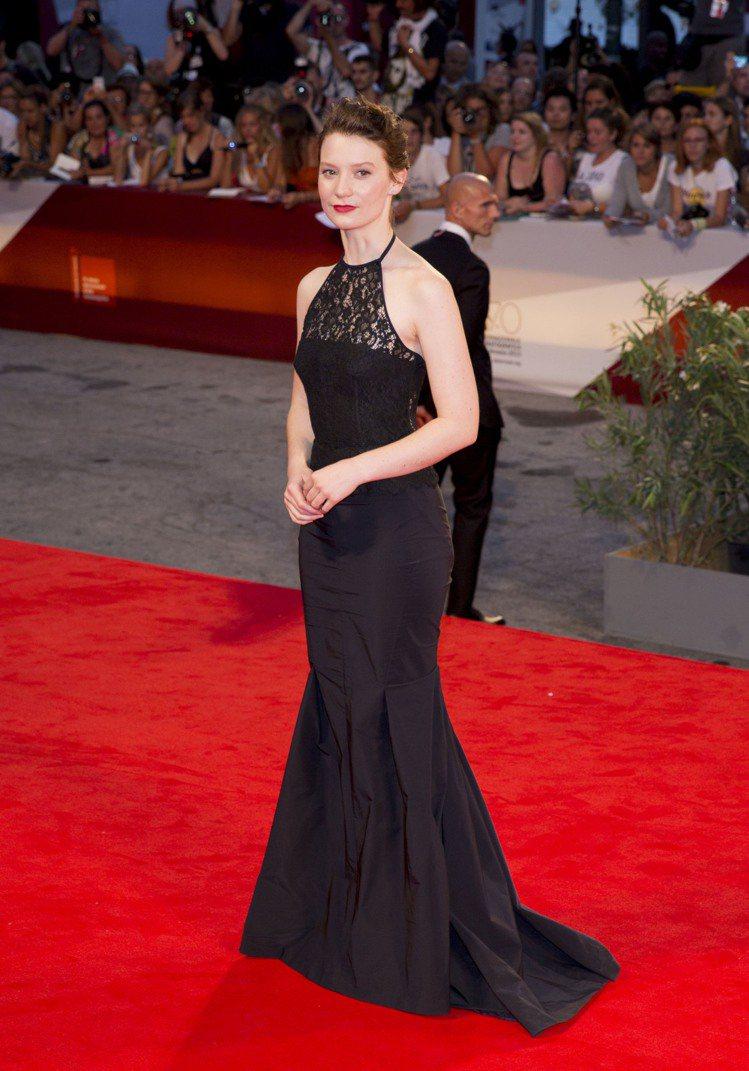 Nina Ricci 的黑色蕾絲禮服優雅性感,才24歲的蜜雅娃絲柯思卡畫上紅唇、...