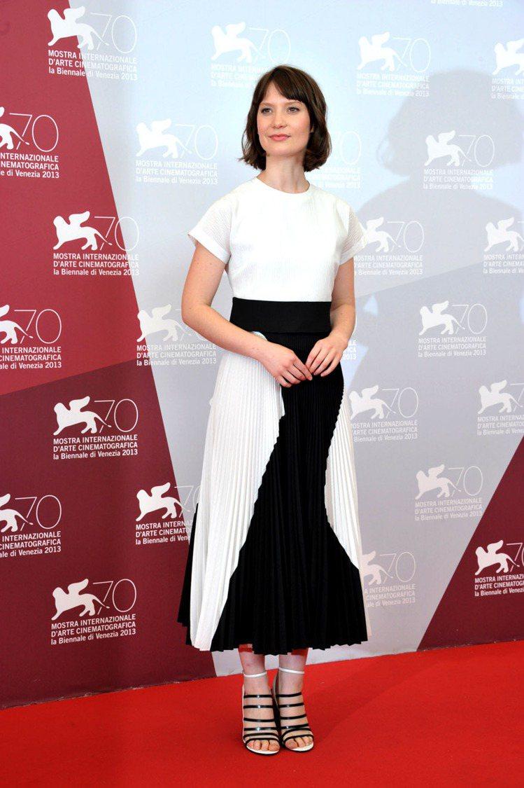 Proenza Schouler 的黑白洋裝以不規則線條色塊呈現,搭配黑白極細繫...
