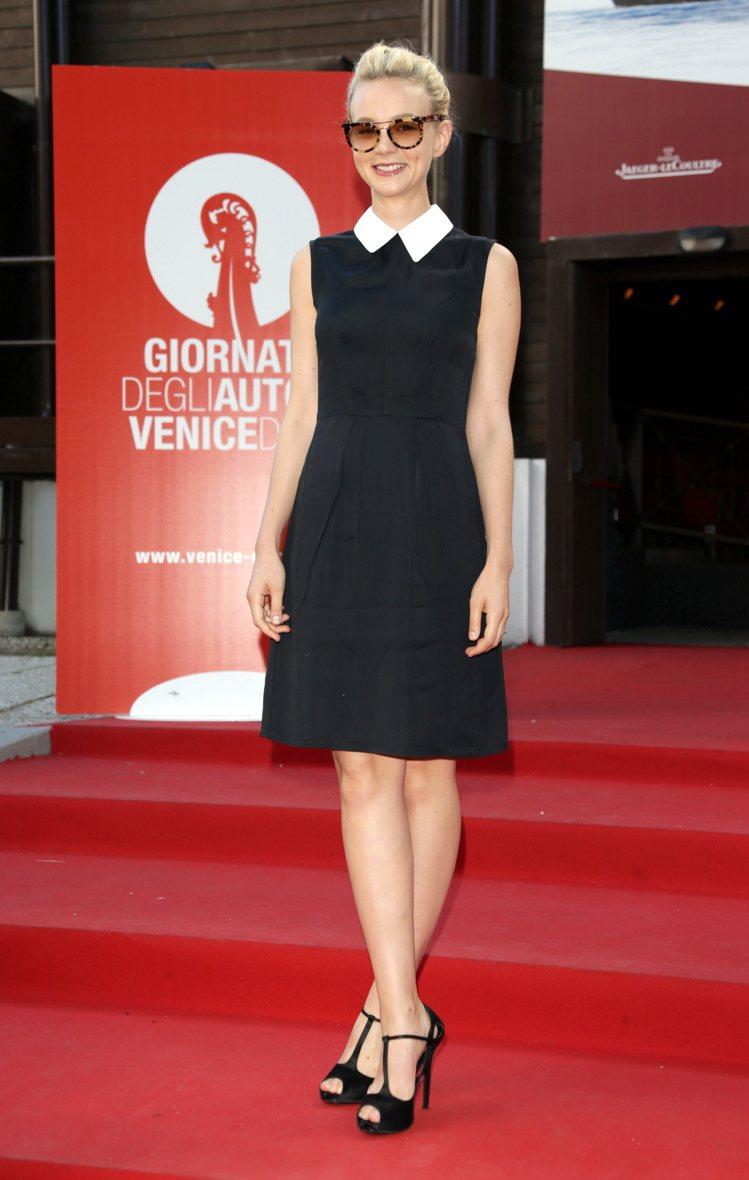 凱莉穆莉根在威尼斯影展上照樣選穿她偏愛的黑色系服裝,有著可愛領子的MIU MIU...