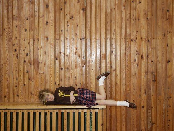 穿裙子也可搭配好跑跳的樂福鞋。圖/she.com Taiwan提供