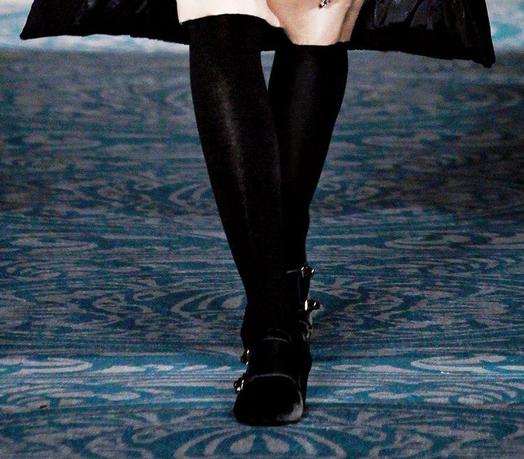 同色襪子,延伸腿長。鞋/TORY BURCH。圖/大美人提供
