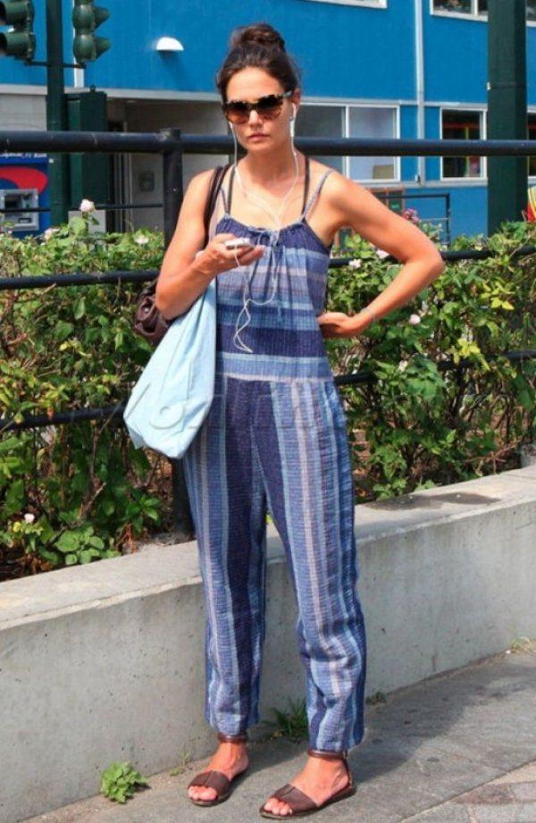 凱蒂荷姆斯條紋連身褲配上平底涼鞋彷彿回到二十歲女孩時代。圖/she.com Ta...