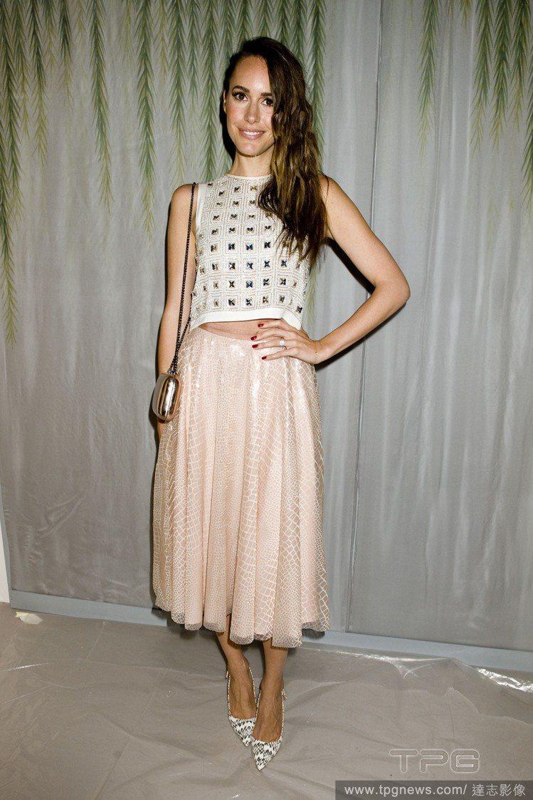 Louise Roe 的粉色紗裙上帶有細微的金蔥元素,與她的金色小包相呼應。搭配...
