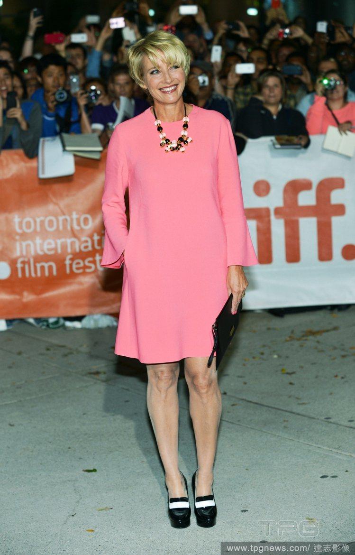 艾瑪湯普森以一席粉紅色洋裝現身多倫多影展,喇叭袖的華麗設計襯托她的熟女典雅風範,...