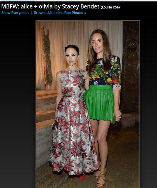 Louise Roe(右)也是個時裝周大忙人,亮綠色皮格短裙搭熱帶印花上衣,叢林...