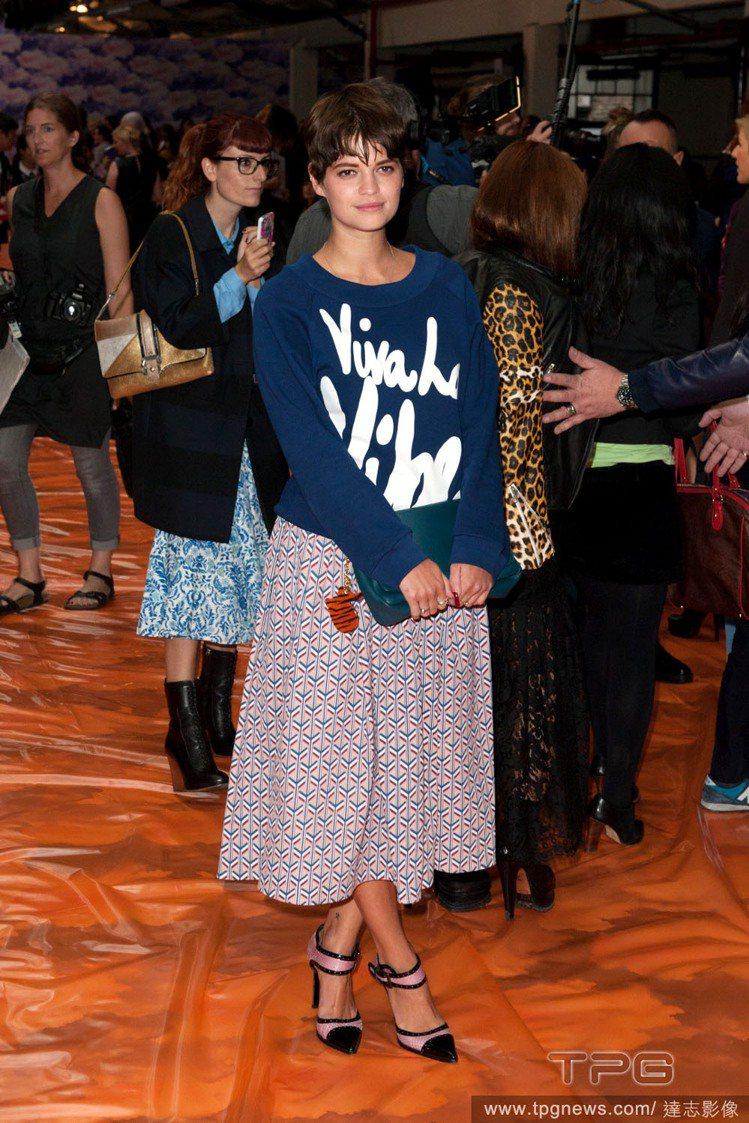 名媛 Pixie Geldof 的造型向來我行我素,寬大的運動風長袖T恤搭長版A...