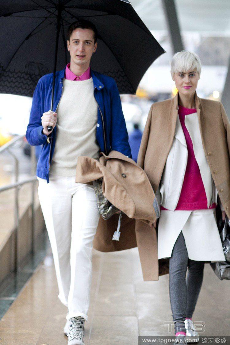 白色上衣像馬卡龍餡料一樣,夾在繽紛內裡和外套之間,層疊色塊營造出俐落現代感。圖/...