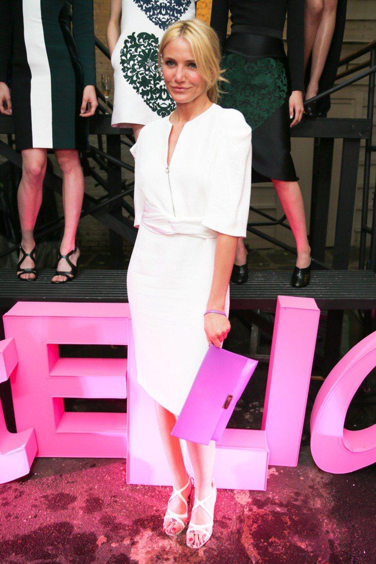 卡麥蓉狄亞穿oversize的白色洋裝出席Stella McCartney的活動...