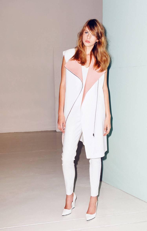 Aeron白色反摺長背心,外翻的馬卡龍粉色領子,成為注目焦點。圖/ARTIFAC...