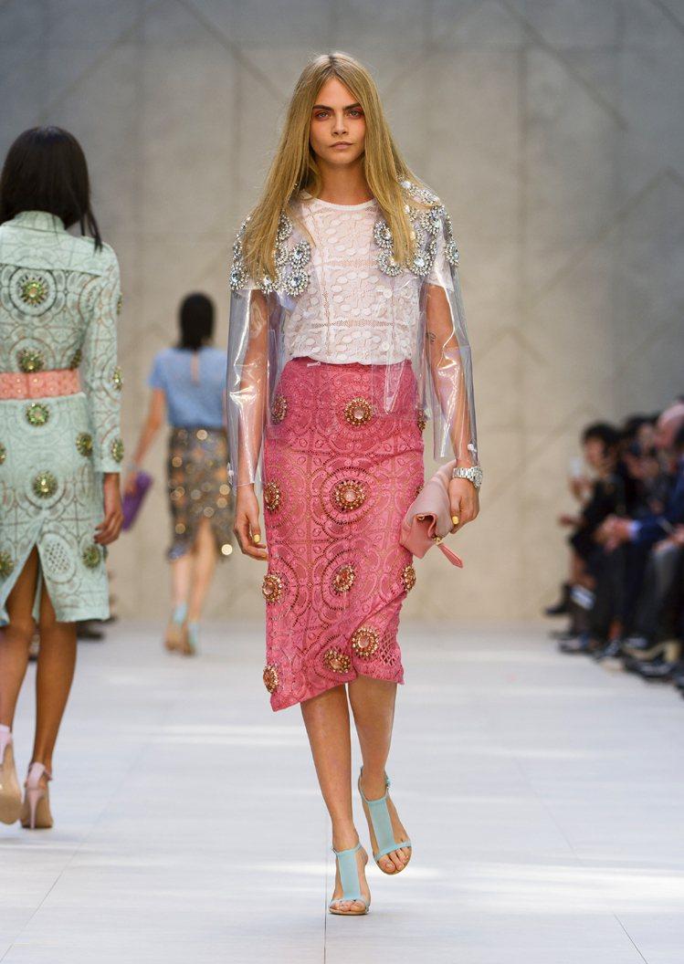 卡拉迪樂芬妮(Cara Delevingne)展示透明罩衫搭粉紅蕾絲裙。圖/BU...