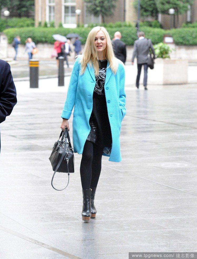 英國美女主播菲妮柯頓(Fearne Cotton)穿著一身亮藍色大衣,外套下也是...