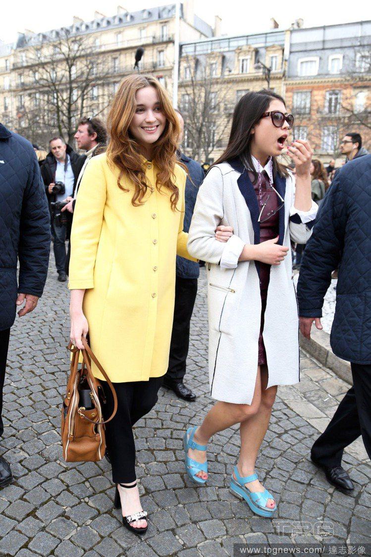 澳大利亞女演員 Alice Englert身穿鵝黃色大衣外套漫步在巴黎街頭。圖/...