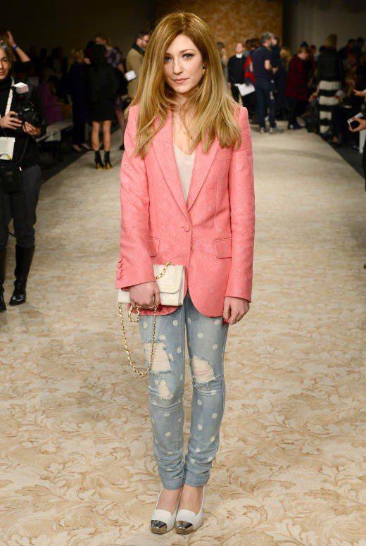 女星Nicola Roberts的桃粉色西裝外套襯托出甜美粉嫩的女人味。圖/達志...