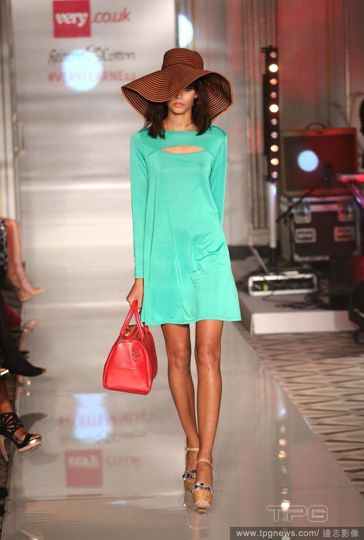 菲妮柯頓日前在倫敦時裝周上發表Very網站2014春夏系列,不乏馬卡龍色的連身裙...